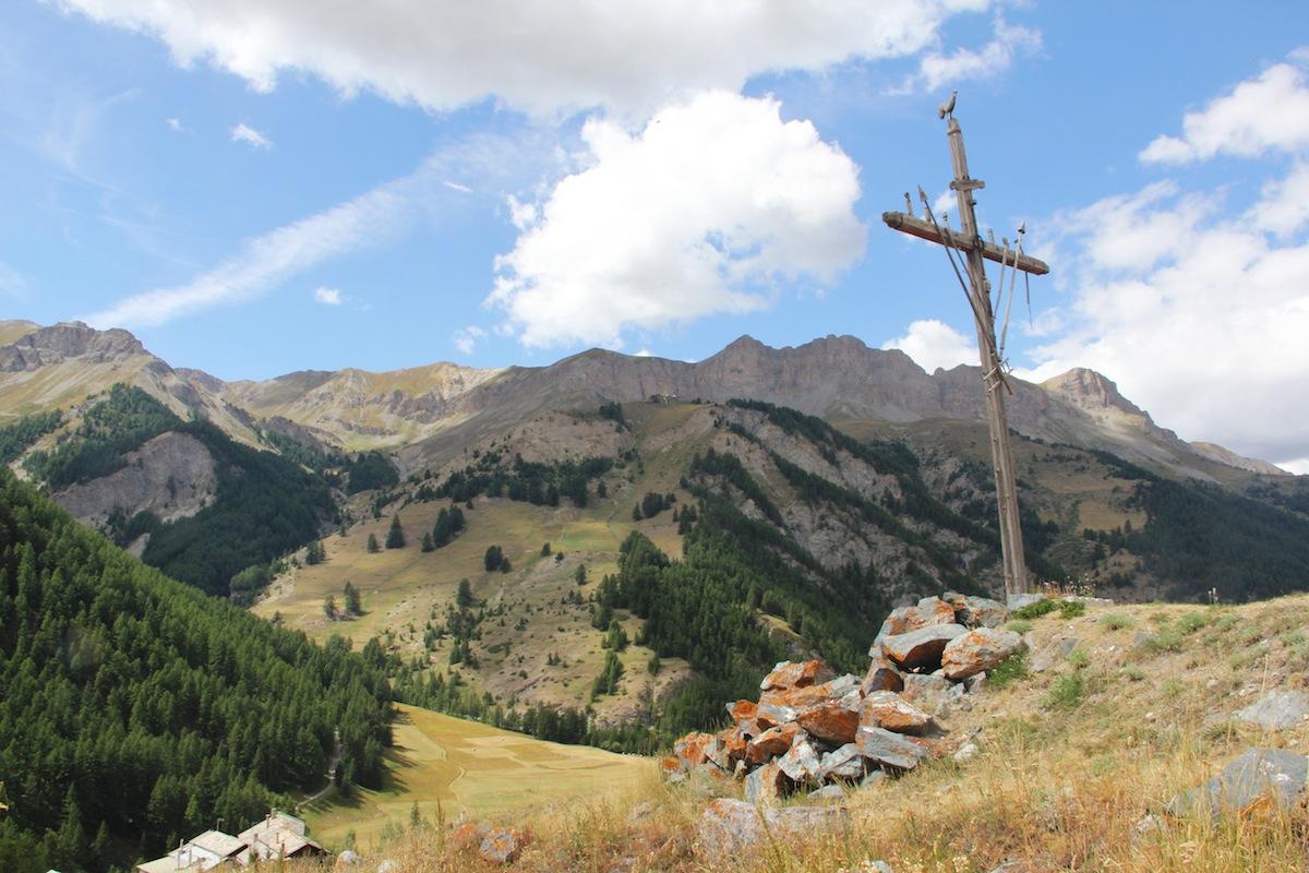 Saint-Véran, tipica croce di legno con gallo, simbolo del paese