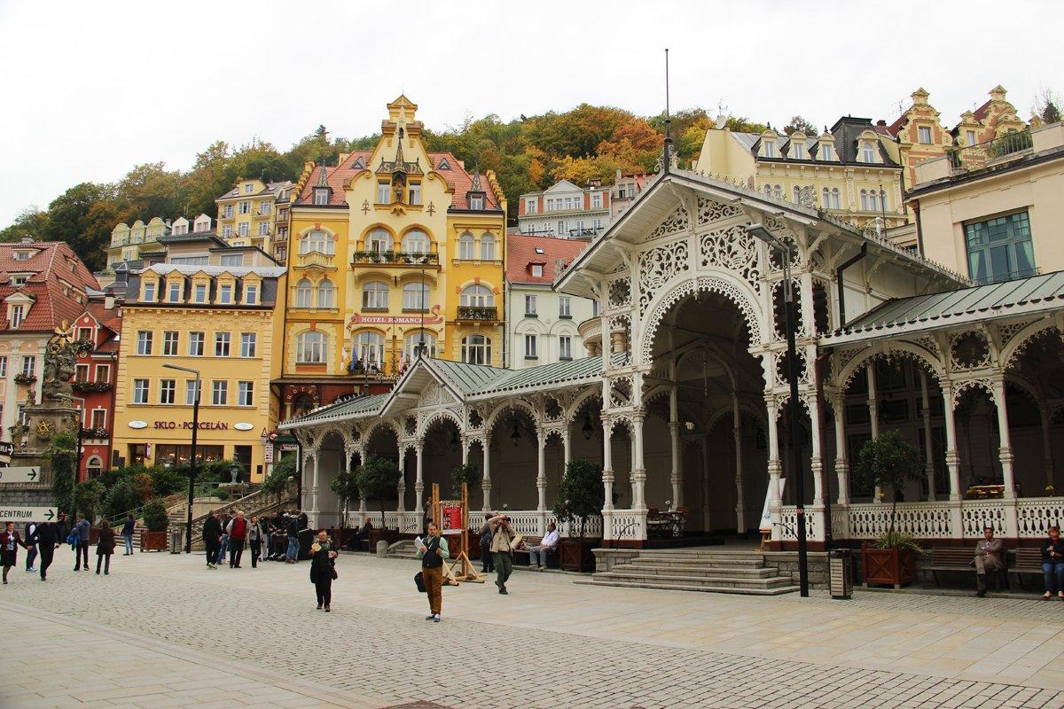 11) Karlovy Vary, il colonnato del mercato (foto di Massimiliano Salvo).