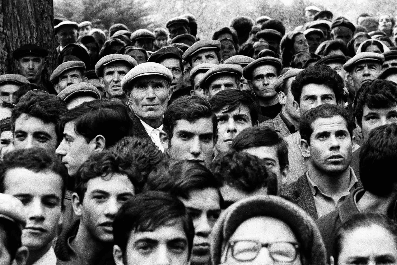 Fotogiornalismo, Sardegna 1968, folla assiste a comizio politico a Bono ⓒ Fausto Giaccone.
